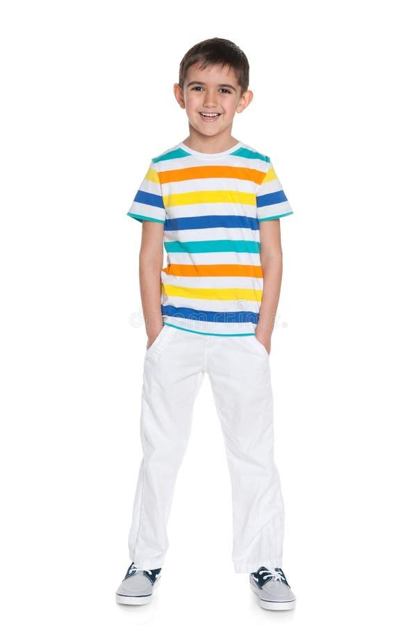 Download Młoda Uśmiechnięta Chłopiec W Białych Spodniach Zdjęcie Stock - Obraz złożonej z salowy, portret: 41951536