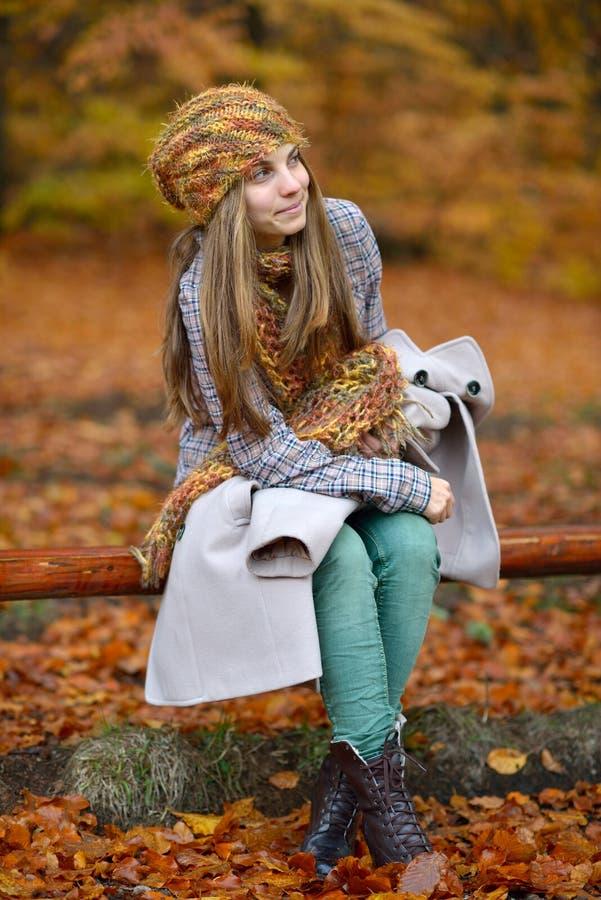 Młoda uśmiechnięta kobieta plenerowa w jesieni obrazy stock