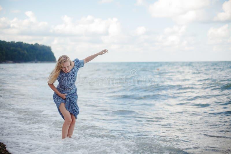 Młoda uśmiechnięta kobieta w długiej sukni zdjęcia stock