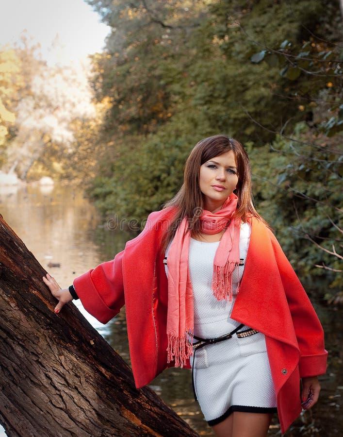 Młoda uśmiechnięta kobieta w jesień parku obraz stock