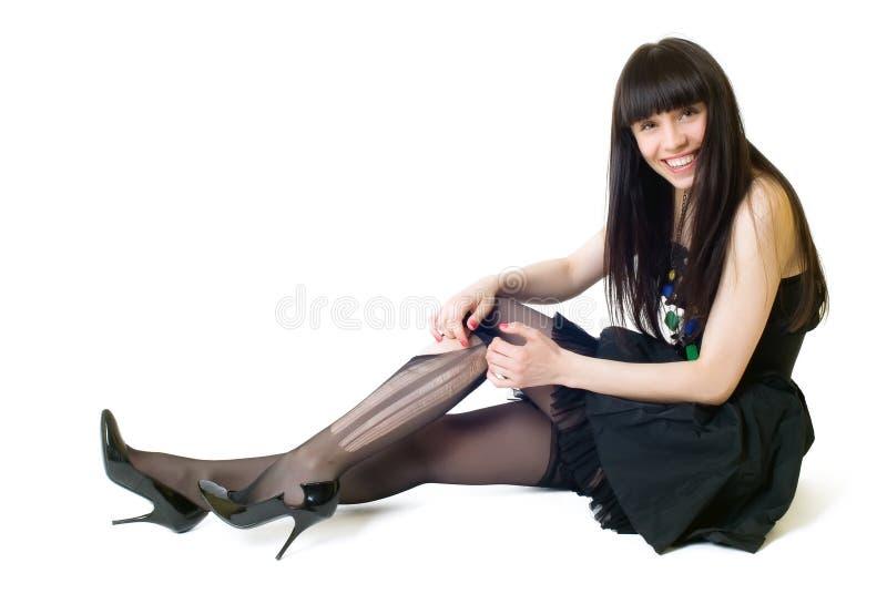 Młoda uśmiechnięta kobieta w poszarpanych pończochach obrazy royalty free
