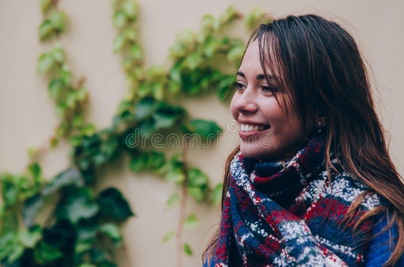 Młoda uśmiechnięta kobieta w szaliku fotografia royalty free