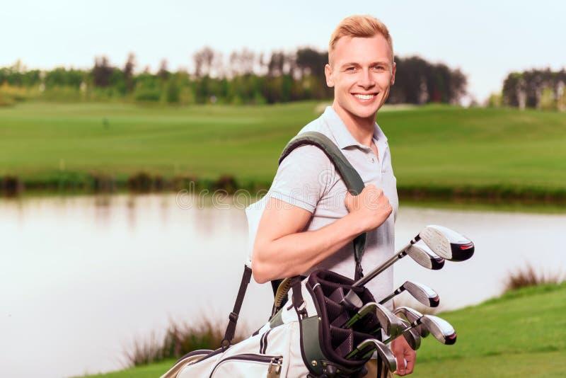 Młoda uśmiechnięta mężczyzna pozycja na kursie z obrazy royalty free