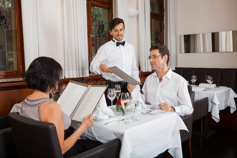 Młoda uśmiechnięta para przy restauracją zdjęcia royalty free