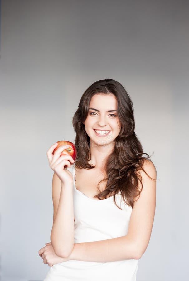 Dziewczyny mienia czerwieni jabłko zdjęcie royalty free