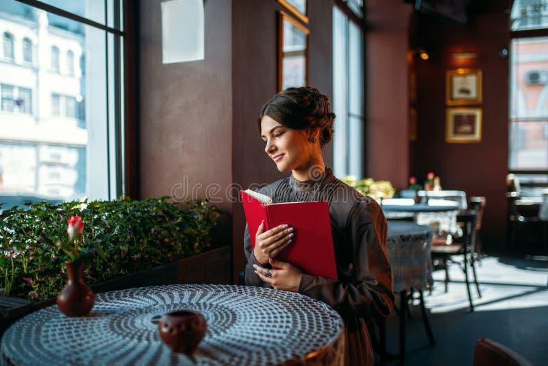 Młoda uśmiechnięta szczęśliwa kobieta w kawiarni fotografia stock