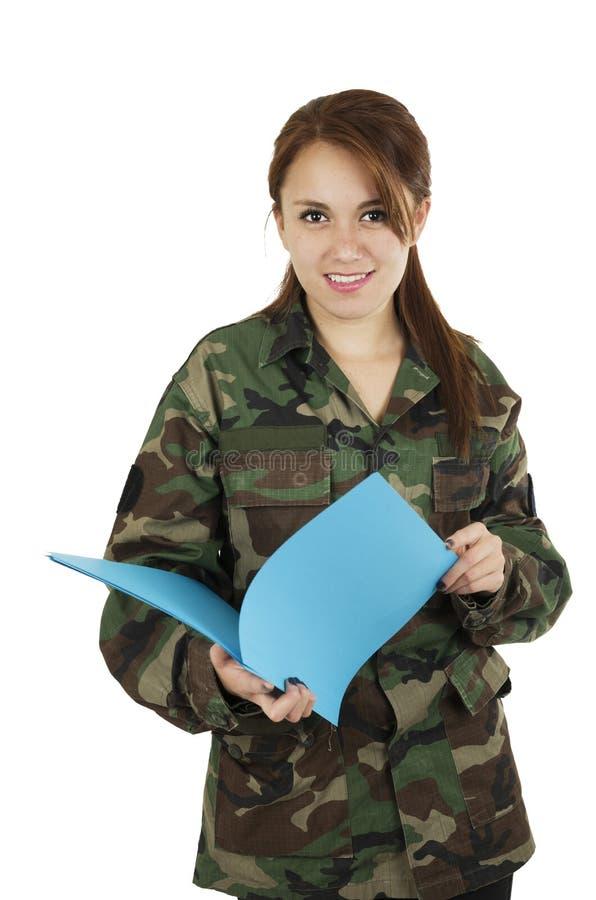 Młoda uśmiechnięta teeange dziewczyna jest ubranym militarną kurtkę zdjęcia stock
