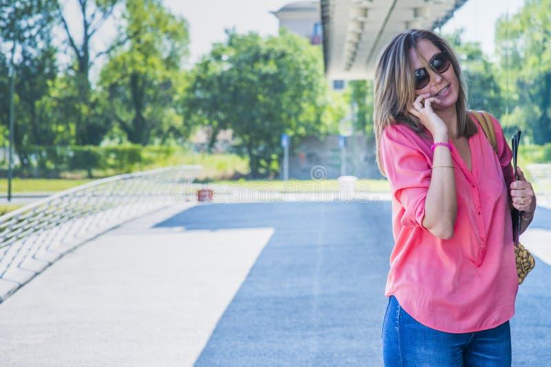Młoda ufna caucasian szczęśliwa kobieta w dużego miasta nowożytnym distr obrazy stock