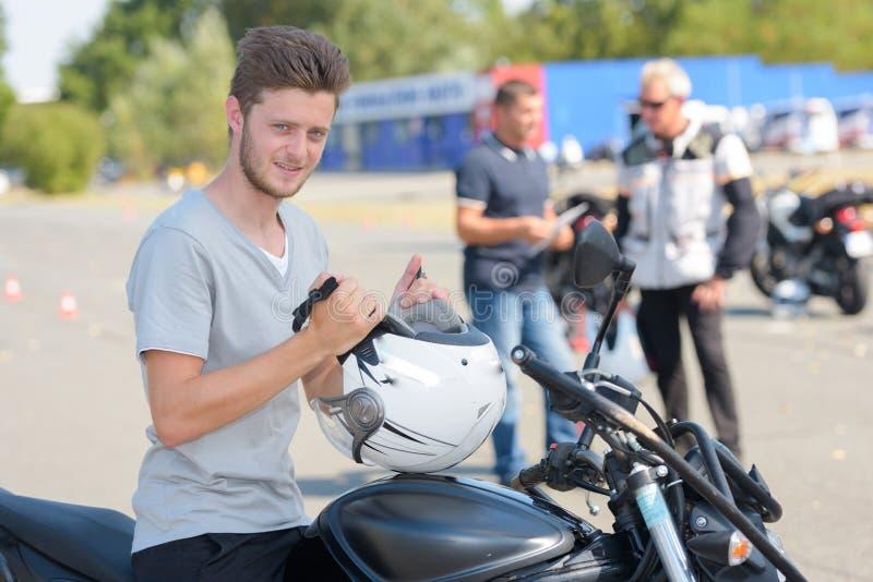Młoda ufna chłopiec robi próbnemu motocyklowi obraz stock