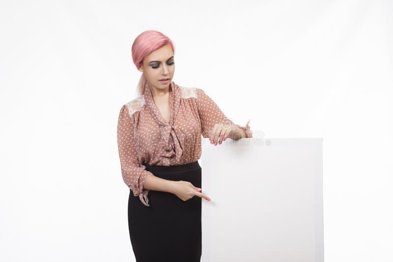 Młoda ufna kobieta pokazuje prezentację, wskazuje na plakacie fotografia royalty free
