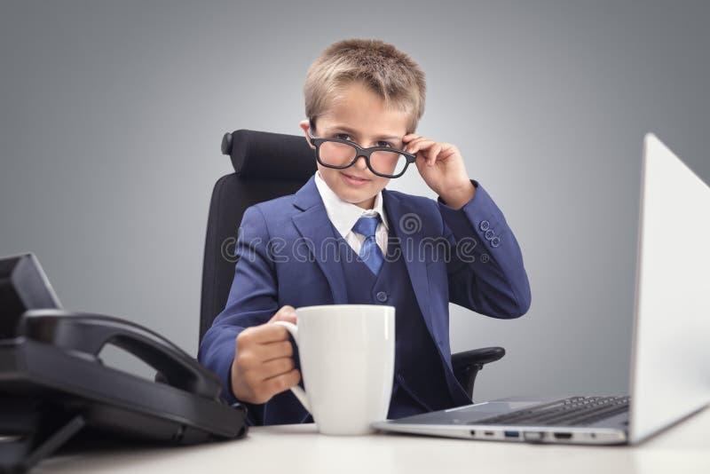 Młoda ufna wykonawcza biznesmena szefa chłopiec w biurze obrazy stock