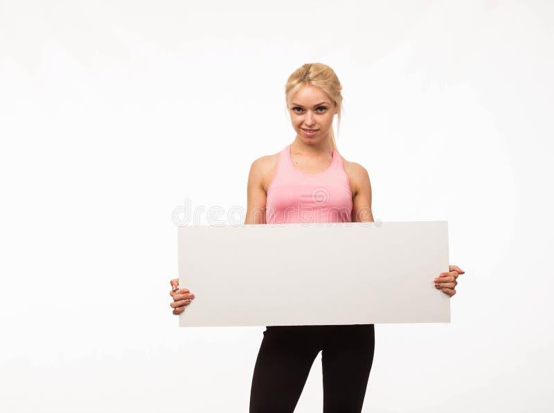Młoda uradowana kobieta pokazuje prezentację, wskazuje na plakacie obrazy stock