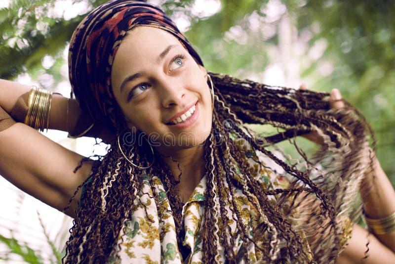 Młoda urocza ładna dziewczyna z pigtails fryzurą fotografia stock
