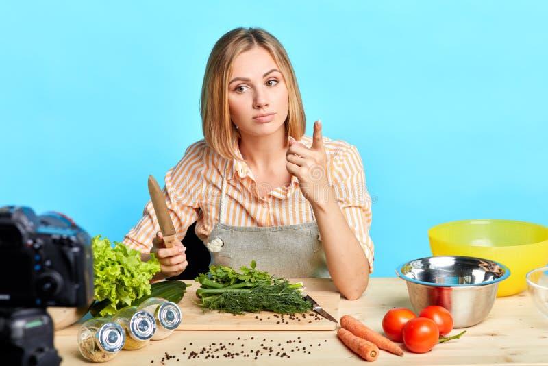 Młoda utalentowana kobieca dietetyka zdradza sekrety zdrowej diety swoim zwolennikom obraz royalty free