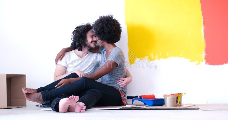 Młoda wieloetniczna para relaksuje po malować fotografia royalty free