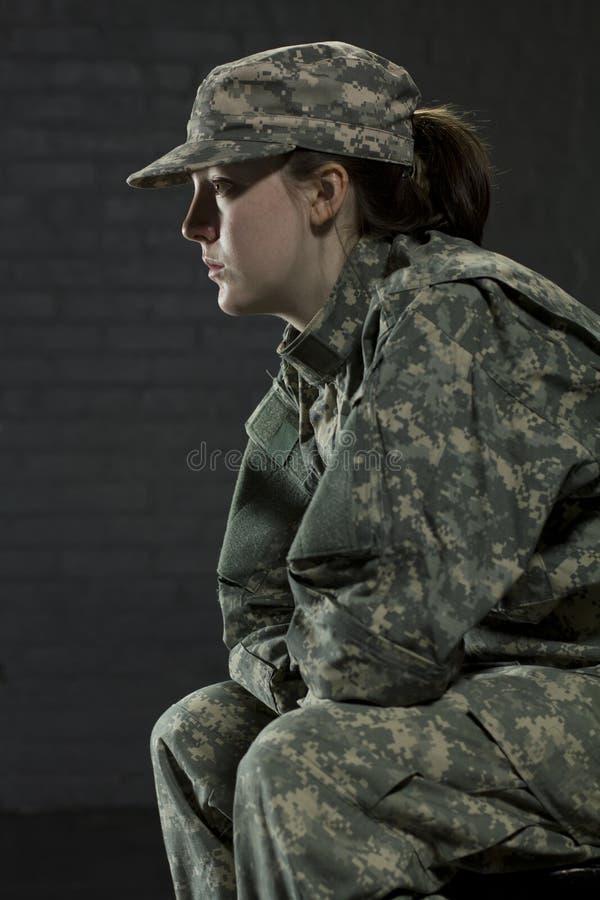 Młoda wojsko kobieta rozdaje z PTSD zdjęcie royalty free