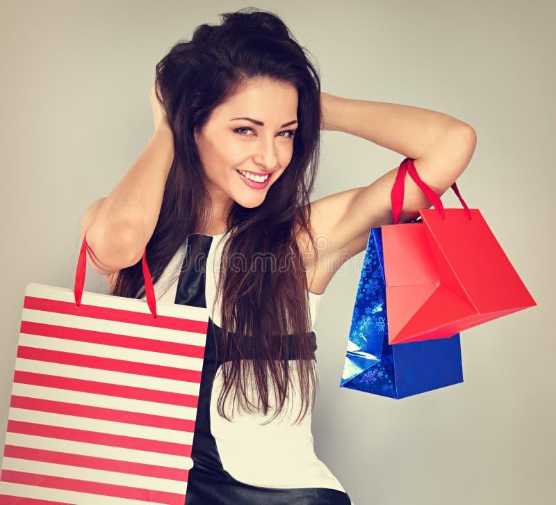 Młoda z podnieceniem toothy uśmiechnięta kobieta w moda bielu sukni z torbami na zakupy Szczęśliwi nowy rok wakacje obrazy stock