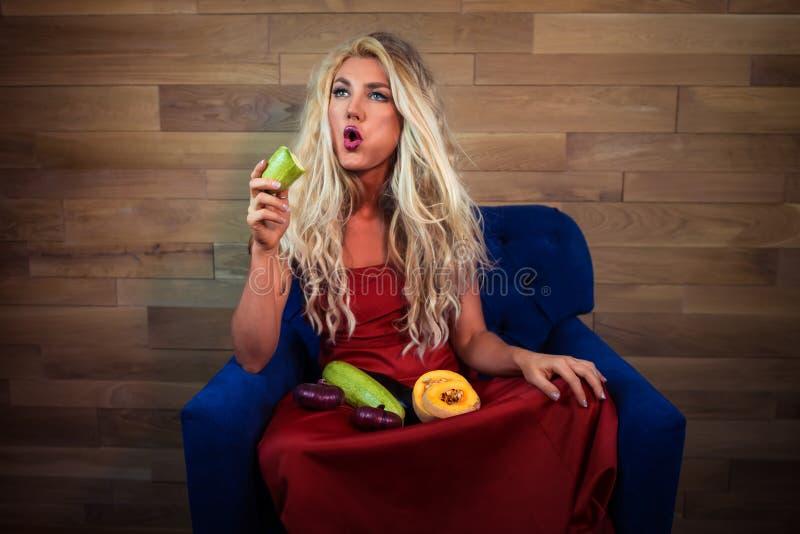 Młoda zadumana jarska kobieta siedzi na karle zdjęcia stock