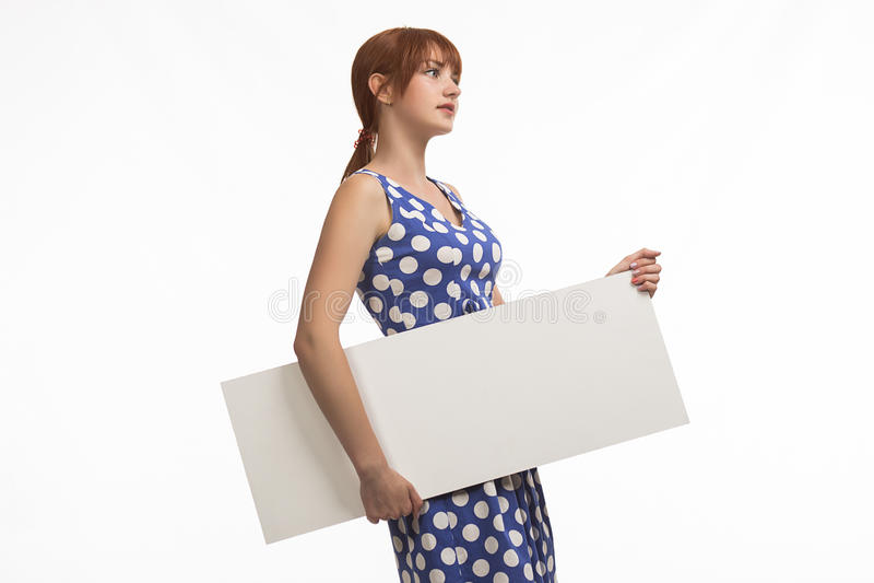 Młoda zadumana kobieta pokazuje prezentację, wskazuje na plakacie obraz royalty free
