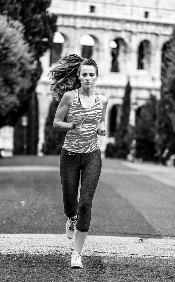 Młoda zdrowa kobieta w sportswear w Rzym, Włochy bieg obraz stock