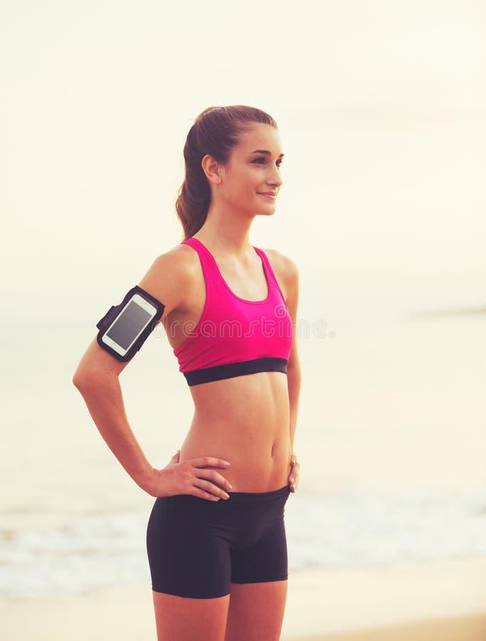 Młoda Zdrowa sprawności fizycznej kobieta z Mądrze telefonem obraz stock