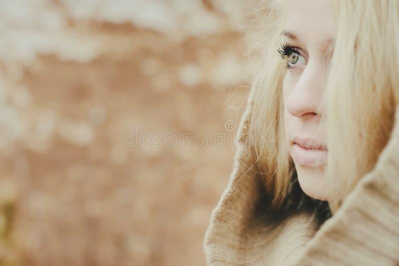 Młoda zmysłowa dziewczyny blondynka w wietrznym spadku outdoors obraz stock