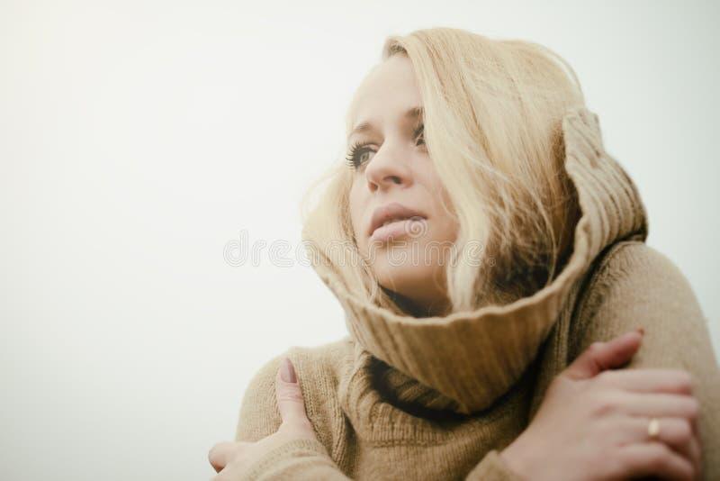 Młoda zmysłowa dziewczyny blondynka w wietrznym spadku outdoors obraz royalty free