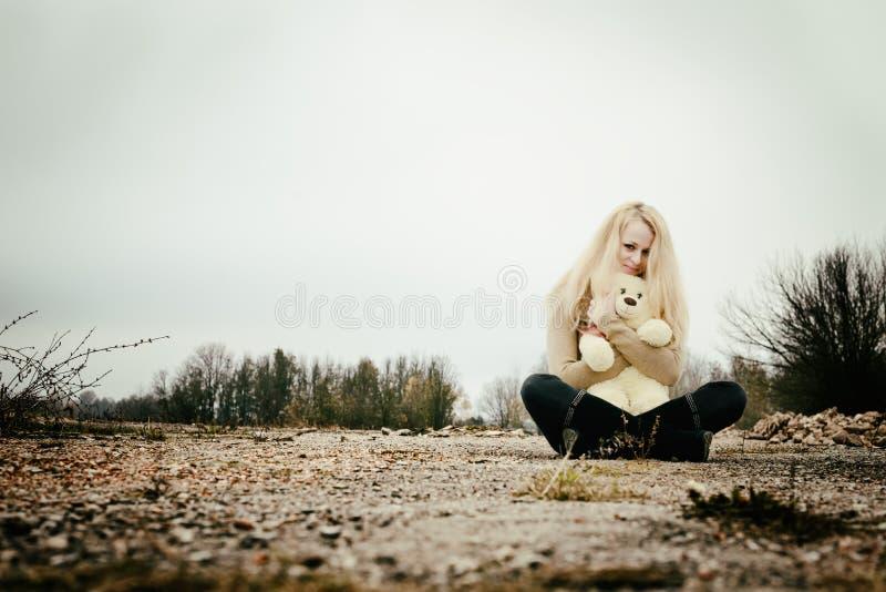 Młoda zmysłowa dziewczyny blondynka w wietrznym spadku z zabawką zdjęcie royalty free