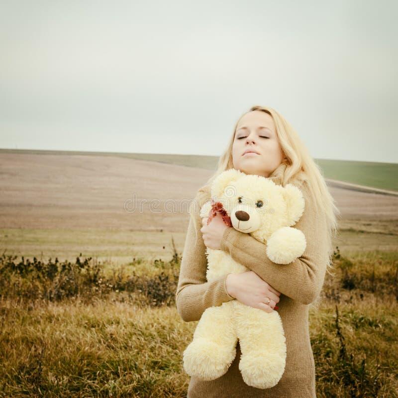 Młoda zmysłowa dziewczyny blondynka w wietrznym spadku z zabawką fotografia royalty free