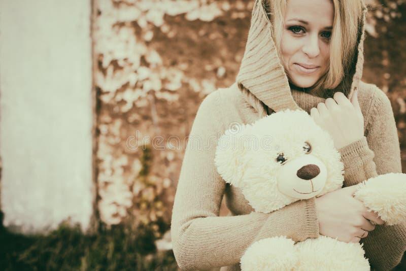 Młoda zmysłowa dziewczyny blondynka w wietrznym spadku z zabawką obraz royalty free