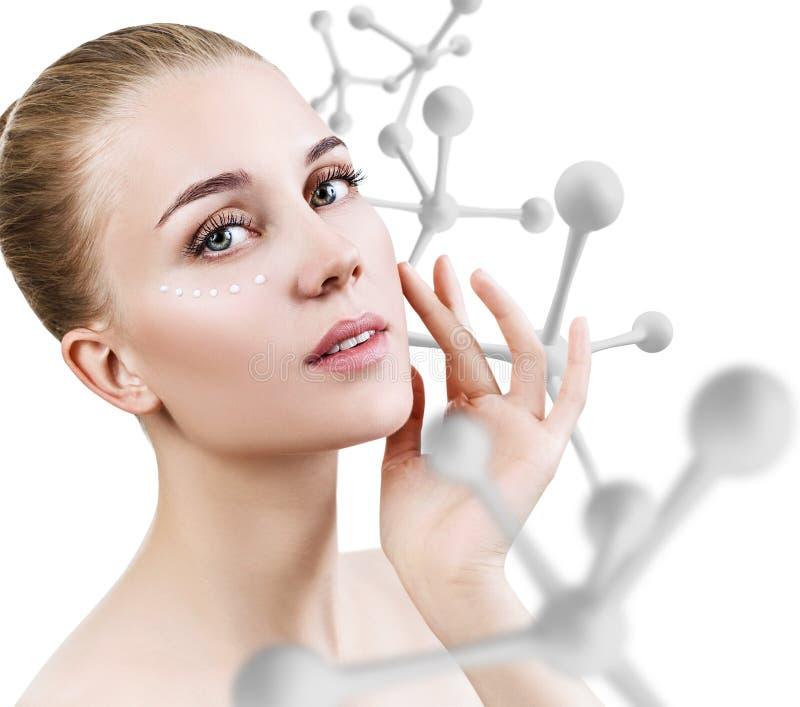 Młoda zmysłowa kobieta z dużym białym molekuła łańcuchem zdjęcia stock
