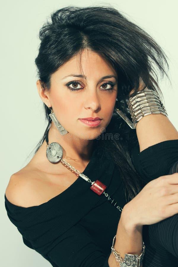 Młoda zmysłowa włoska kobieta z akcesoriami Czarni włosy zdjęcie royalty free