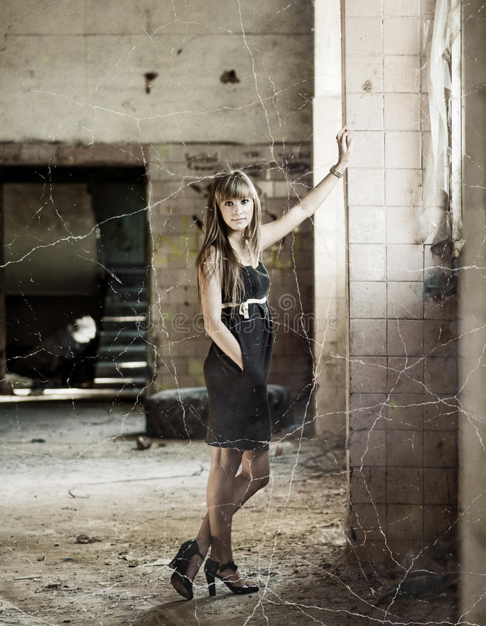 Młode ładne kobiety wśrodku slamsy domu zdjęcie stock