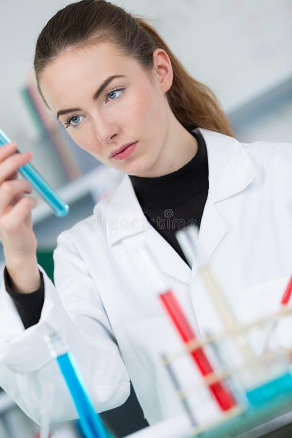 Młode żeńskie naukowów ładunków próbki dla dna fotografia stock