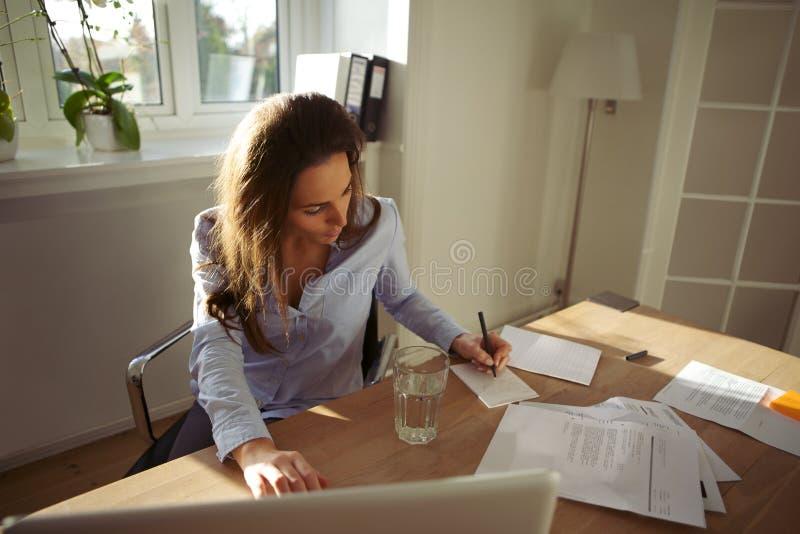 Młode żeńskie writing notatki od interneta obraz royalty free