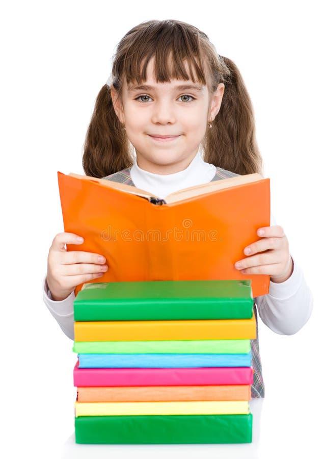 Młode żeńskiego ucznia czytelnicze książki pojedynczy białe tło obraz royalty free