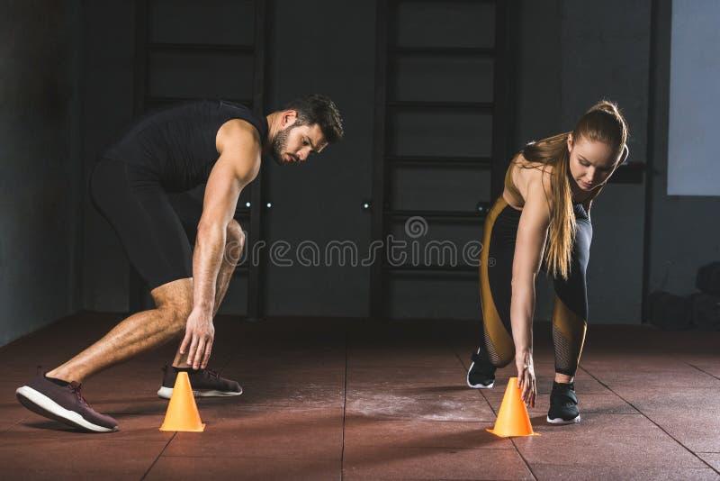 Młode atlety biega i dotyka trenujący rożek zdjęcie stock