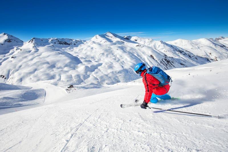 Młode, atrakcyjne narciarstwo narciarskie w słynnym kurorcie narciarskim w Alpach, Livigno, Włochy, Europa obrazy stock