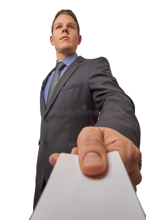 młode atrakcyjne pomyślne biznesmen ręki nad wizytówką poważnie Niskiego kąta strzał z kopii przestrzenią zdjęcia stock