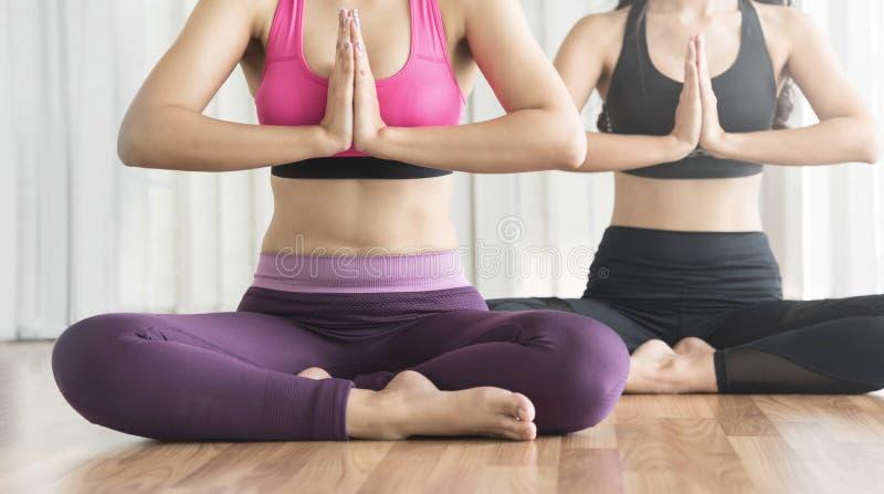 Młode Azjatyckie kobiety w modlitewnej pozyci joga fotografia royalty free