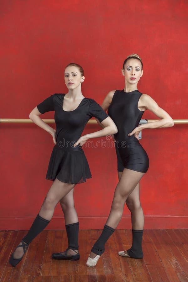 Młode baleriny Ćwiczy Przeciw rewolucjonistki ścianie fotografia royalty free