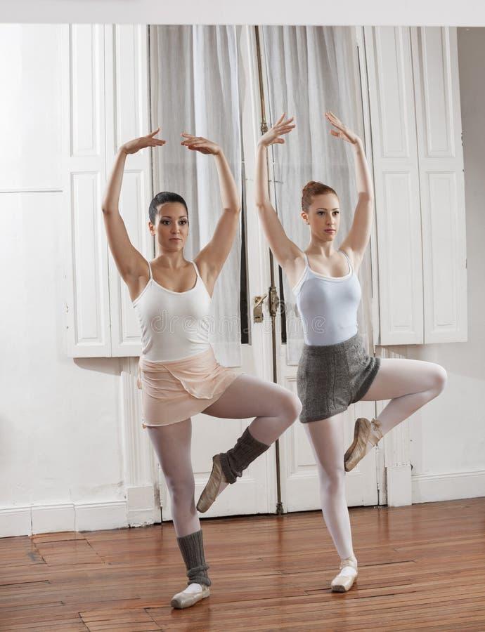 Młode baleriny Ćwiczy W tana studiu zdjęcie stock