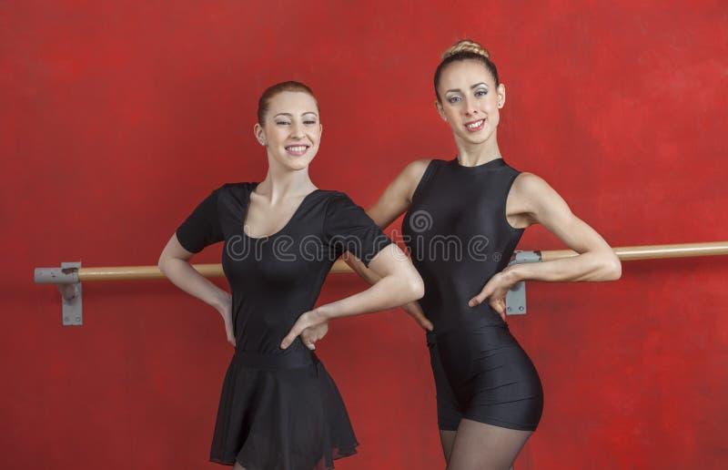 Młode baleriny ono Uśmiecha się Przeciw rewolucjonistki ścianie zdjęcie stock