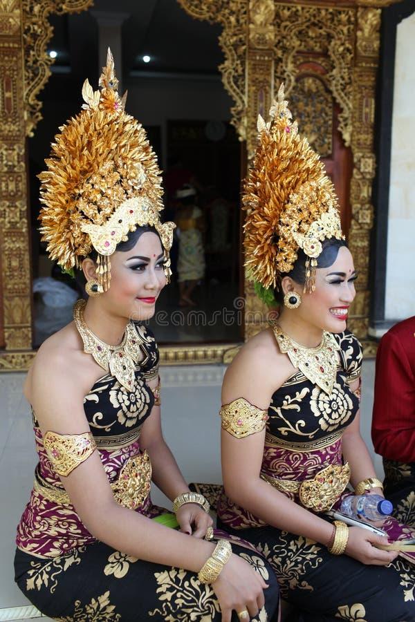 Młode balijczyk kobiety dekorowali opłatę Potong Gig ceremonia - Ciąć zęby, Bali wyspa, Indonezja fotografia royalty free