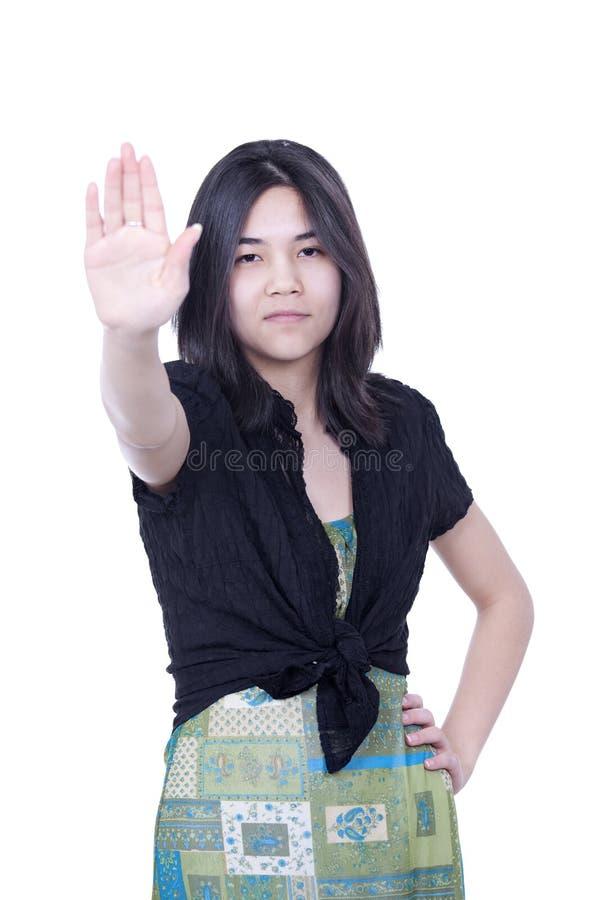 Młode biracial nastoletnie dziewczyny kładzenia ręki up to mówją 'przerwę', jeden Han obrazy stock