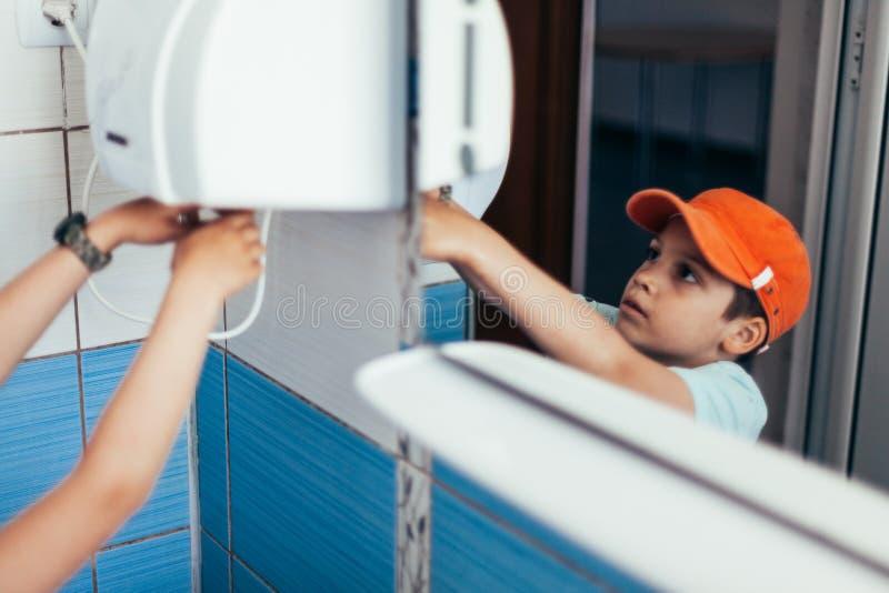 Młode chłopiec osuszki ręki fotografia royalty free