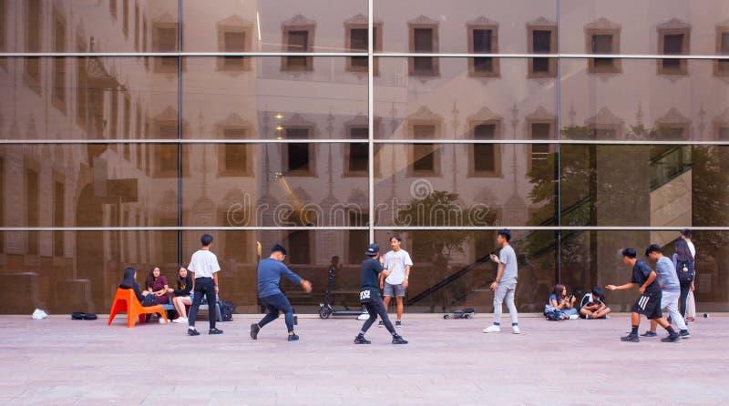 Młode chłopiec tanczy przy CCCB Barcelona fotografia royalty free