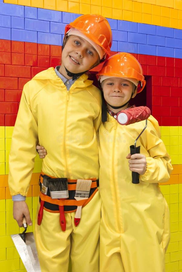 Młode chłopiec ubierać jak budowniczowie lub pracownicy zdjęcia stock