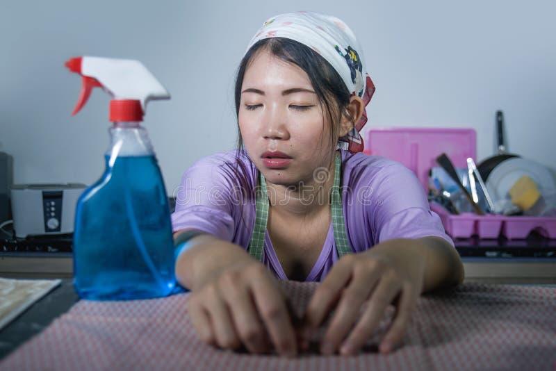 Młode dosyć sfrustowane, zapracowane Azjatyckie młode Azjatyckiej chińczyk usługa gosposi kobiety pracujące kopuły i zdjęcie stock