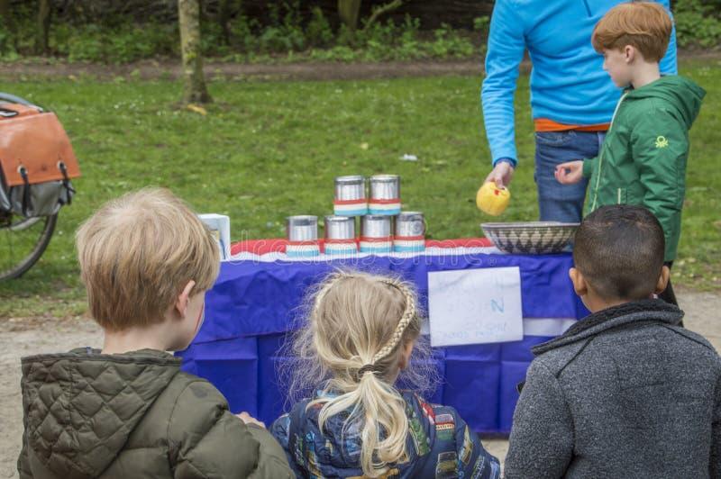 Młode Dzieci Bawić się Starą Holenderską grę Przy Vondelpark Na Kingsday Amsterdam holandie 2018 zdjęcie stock